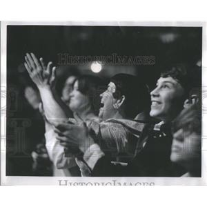 1969 Press Photo Wrestling Fans-Hardly Expert-Mat Sport