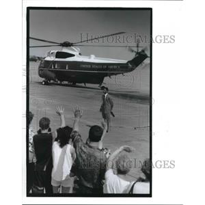 1992 Press Photo people wave to President Bush aboard Marine One helicopter