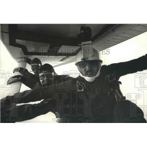 1989 Press Photo Phil Goetsch and Bob Blanchard before jumping from plane strut