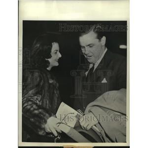 1940 Press Photo Brenda Fraizer and John Sims Kelly board Nassau plane
