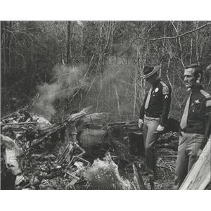 1977 Press Photo Sheriff and Trooper View Plane Wreckage in Hale County, Alabama