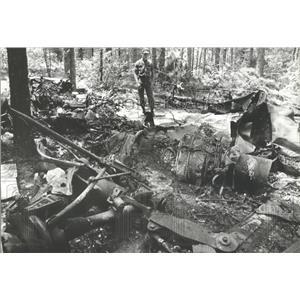 1981 Press Photo Soldier Surveys Plane Wreckage in South Alabama - abna10226