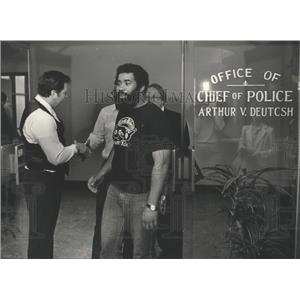 1983 Press Photo Alabama-Chief of police shakes hands with bikers at his office.