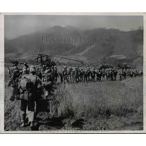 1951 Press Photo Men line up to board helicopters on Grassy Field - nem48733