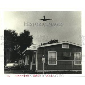 1988 Press Photo A large jet flies over Kenner as it prepares to land