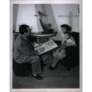 1952 Press Photo Artist drawing mother and son