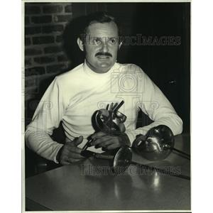 1975 Press Photo Dr. Eugene Hamori displays types of contemporary fencing weapon