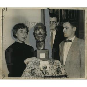 """1955 Press Photo Artist La Verne Fromberg with """"Young Prophet"""" at Delgado Museum"""