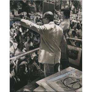 1955 Press Photo Fant Thornley sells art at Birmingham Sidewalk Show - abno01042