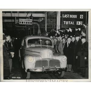 1942 Press Photo The last civilian passenger car to be built in Canada Plant