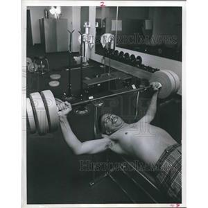 1971 Press Photo Asa McClellan uses weight machine at Texas-Southern University