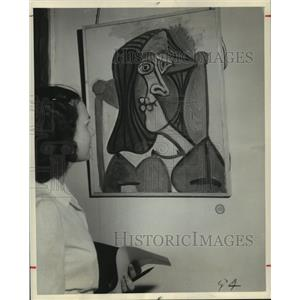 """1949 Press Photo Picasso painting """"Portrait of a Woman"""" viewed by visitor."""