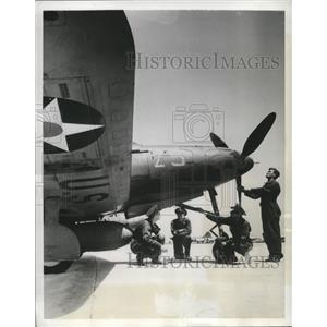 1942 Press Photo Members of Precision Aerial Combat Team inspect a P-39D Plane