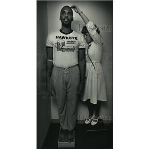 1986 Press Photo Milwaukee Bucks basketball forward Kenny Fields being measured