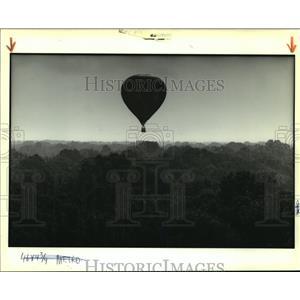 1989 Press Photo A hot air balloon lazily drifts over trees near Baton Rouge