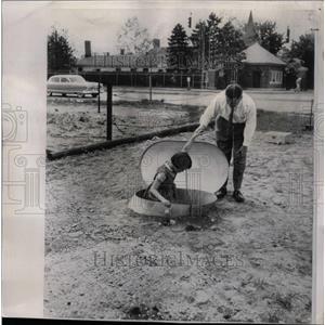 1955 Press Photo Garden city Submarine bomb Shelter - RRW73317