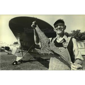 1981 Press Photo Dale Crites holding handkerchief with his Piper Cub Airplane