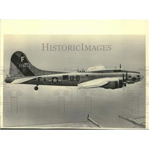 1983 Press Photo World War II bomber crew flies in B-17 plane, Lake Michigan