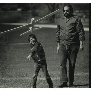 1986 Press Photo Todd Rapczyk & his father playing with glider, McKinley Marina