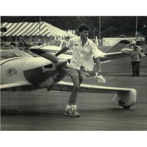1986 Press Photo Bill Carruthers pulls his plane at Wittman Field, Wisconsin