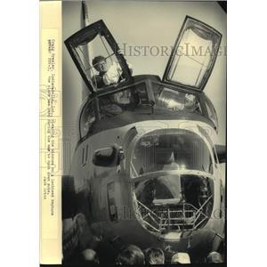1986 Press Photo Craig Presler cleans windows on Lockheed Neptune, Wisconsin