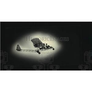 1987 Press Photo An ultralight plane skimming through the sky, Oshkosh