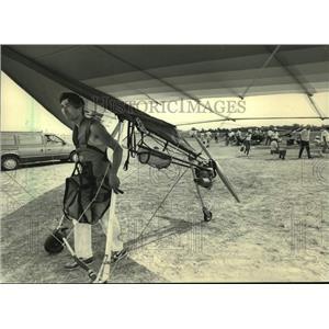 1987 Press Photo Hans-Josef Frings ready to soar on hang glider, Oshkosh