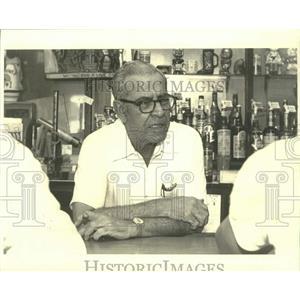 1980 Press Photo Charlie Kurtz at his bar on Apple Street - nob48711