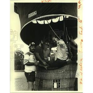 1982 Press Photo Don Grimes assembles his passengers for takeoff. - nob64854