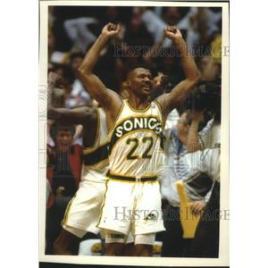 1992 Press Photo Sonics basketball player Ricky Pierce celebrate victory