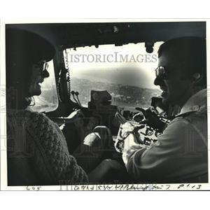 1980 Press Photo Pat Adams Gets Flight Info From 'American' Pilot Larry Chambers