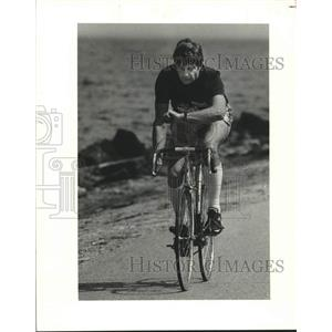 1982 Press Photo James Maxwell biking along the Lakefront - nob75498