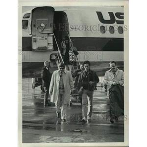 1980 Press Photo Sidney Shepherd disembarks airplane in New York - tua23301