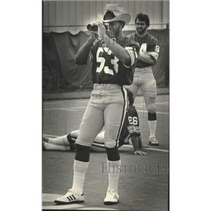 1981 Press Photo Green Bay Packers football's Mike Douglass focuses his camera