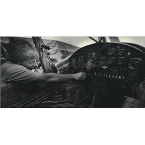1985 Press Photo Tony Pellegrin checks cockpit of military plane - mjb60653