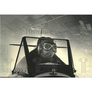 1985 Press Photo Keoki Gray flew his biplane in the Milwaukee skies for charity