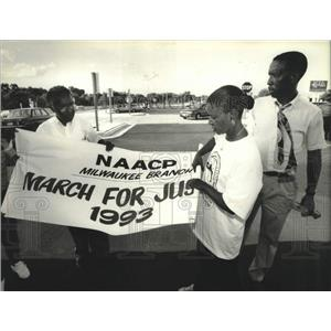 1993 Press Photo Johnson family fold NAACP banner, leaving to march in D.C, WI
