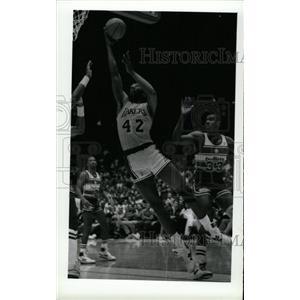 1988 Press Photo James Worthy Los Angeles Lakers Layup - RRW73713