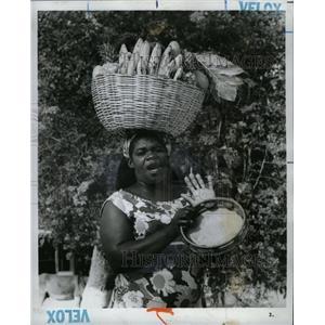 1975 Press Photo Jamaican Woman Selling w Fruit Baskets - RRX70317