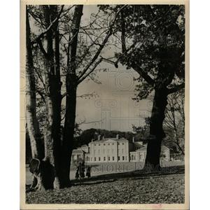 1900 Press Photo Peaceful Scene Great Country House - RRX73333