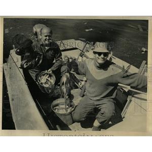 1963 Press Photo Vernon Gilbertson catching fish - RRW90893