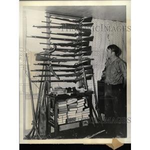 1935 Press Photo H H Rogers Rifles Hunting Equipment - RRX74021