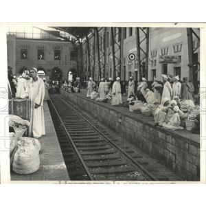 1942 Press Photo Cairo Main Station Arabs Platform - RRX81249