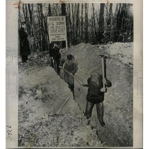 1949 Press Photo German Police Supervise Trench Digging - RRX70583