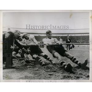 1955 Press Photo Tug War game London Athletes White Men - RRW59373