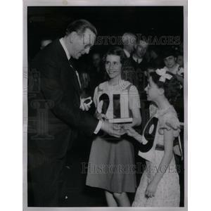 1936 Press Photo Gov Fitzgerald June Gumerson spelling - RRX59843