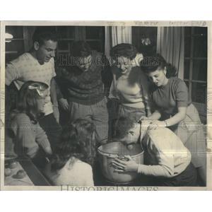 1946 Press Photo Tony Trankina, Bobbing for Apples