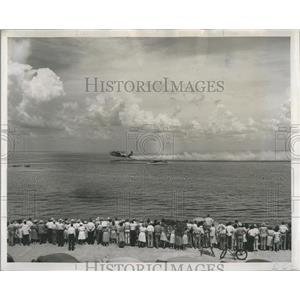 1947 Press Photo crowd watching Coast Guard PBY rescue demonstration, Florida