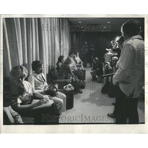 1976 Press Photo Families Await Word On Hijacked Plane - RRV43105