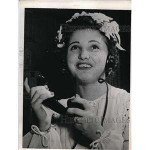 1943 Press Photo Evalyn Daniel Shoffner Talks to her husband on phone